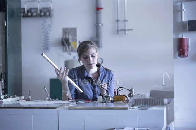 Techniker in der Werkstatt mit Arbeitsmaterial — Stockfoto