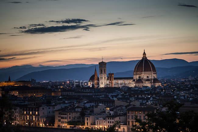 Itália, Toscana, Florença, Catedral de Santa Maria del Fiore ao pôr-do-sol — Fotografia de Stock