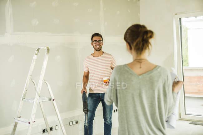 Молода пара ремонт вдома — стокове фото