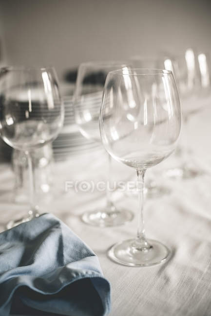 Rotweingläser auf Tisch mit weißen Tuch — Stockfoto