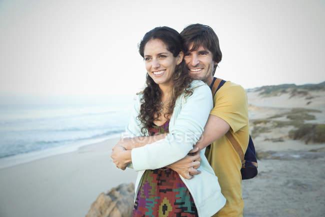 Afrique du Sud, l'heureux couple embrasser sur la plage — Photo de stock