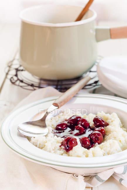 Рисовый пудинг с вишневым соусом — стоковое фото