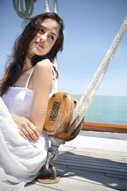 Brune jeune femme sur un voilier — Photo de stock