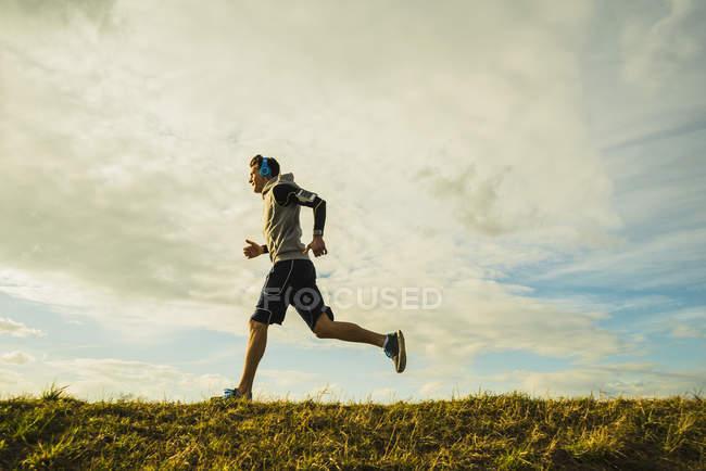 Германия, Мангейм, молодой человек бег трусцой — стоковое фото