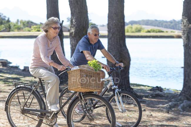 Coppia anziana in bicicletta — Foto stock