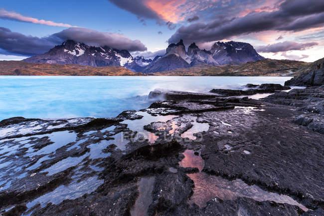 Vista panorâmica do Lago Pehoe no nascer do sol, Parque Nacional Torres del Paine, Chile — Fotografia de Stock