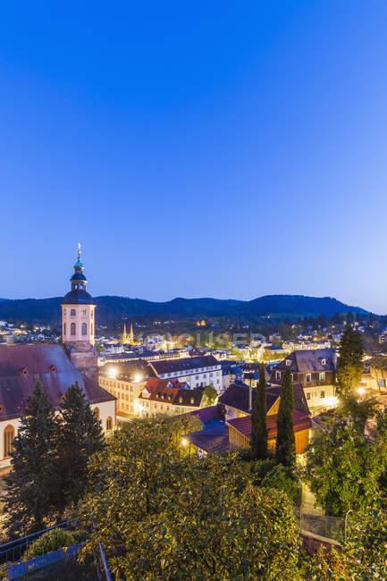 Alemania, Baden-Wuerttemberg, Baden-Baden, Paisaje urbano con iglesia colegiata por la noche — Stock Photo