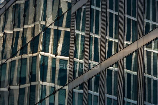 Riflessione di Germania, Monaco di Baviera, di Highlight Towers in un altro edificio — Foto stock