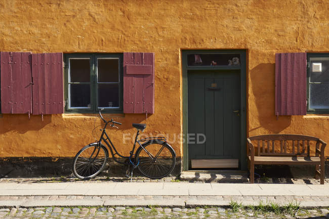 Bicycle parked at yellow house on street of Copenhagen, Denmark — Stock Photo