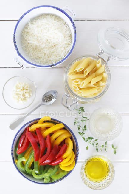 Разновидности ингредиентов на деревянном столе, крупным планом — стоковое фото