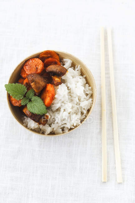 Schüssel mit thailändischem Jasminreis mit Kokosmilch und gebratenen Karotten und Champignons — Stockfoto