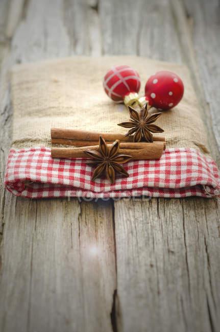 Adornos de Navidad con anís y canela en mesa de madera, de cerca - foto de stock