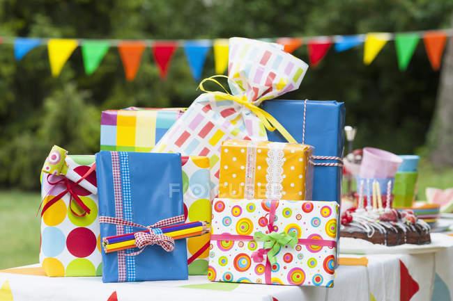 Geburtstagsgeschenk im freien tagsüber auf Gartentisch — Stockfoto