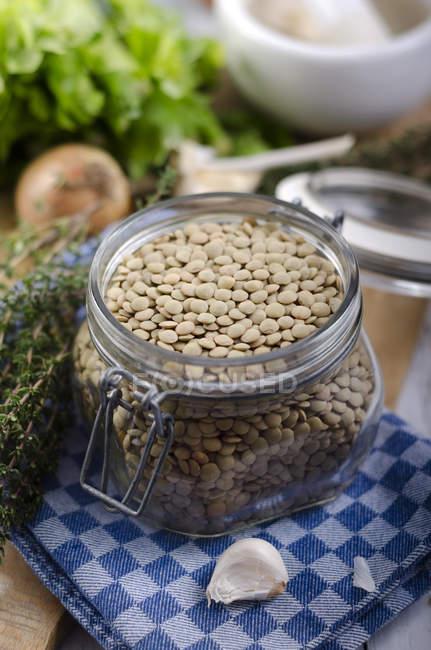 Grüns, pflanzlichen Zutaten und Linsen auf Tisch, Nahaufnahme — Stockfoto