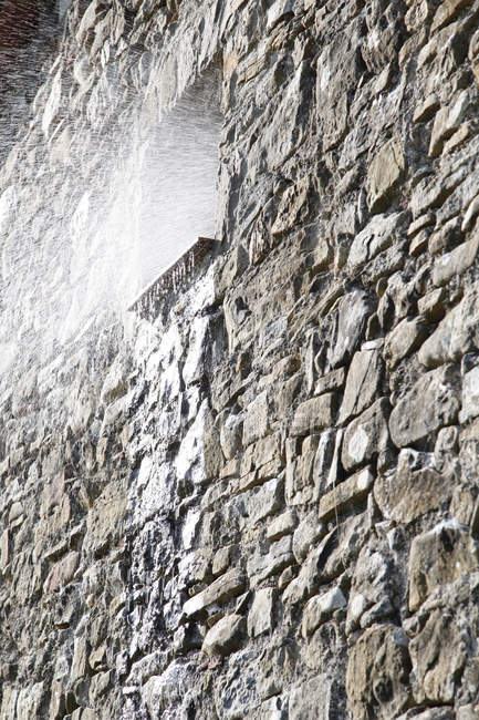 Spanien, Katalonien, Blick auf Wasserspeier aus dem Fenster, Steinhaus — Stockfoto
