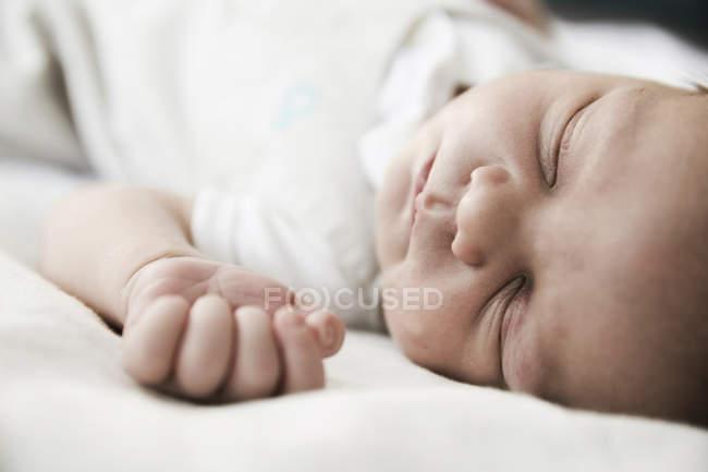 Портрет спальний чоловічого новонароджених, Закри — стокове фото