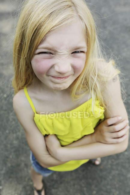 Portrait de jeune fille debout sur la rue en regardant caméra — Photo de stock