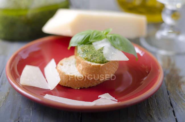 Pesto de albahaca fresca en rebanada de pan de baguette - foto de stock