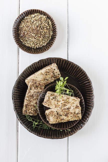 Tofu marinato con spezie in ciotola, colpo dello studio — Foto stock