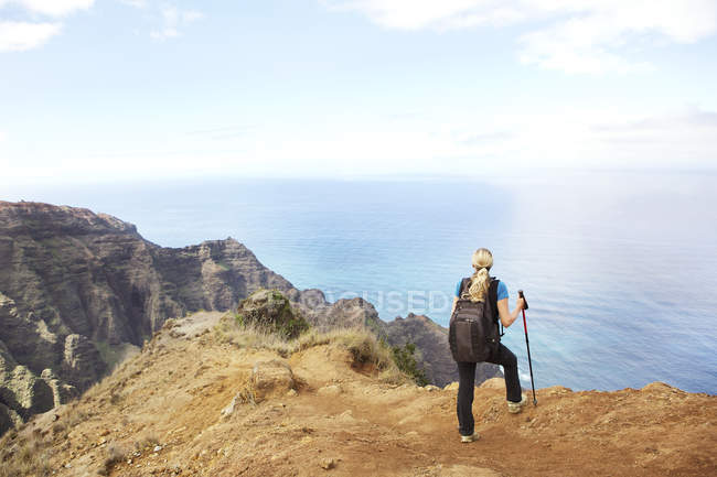USA, Hawaii, woman standing on top of mountain — Stock Photo