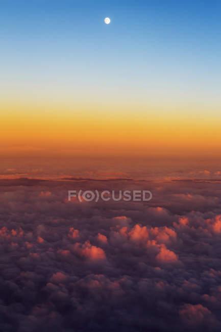 Nuages et lune au-dessus de la Manche — Photo de stock