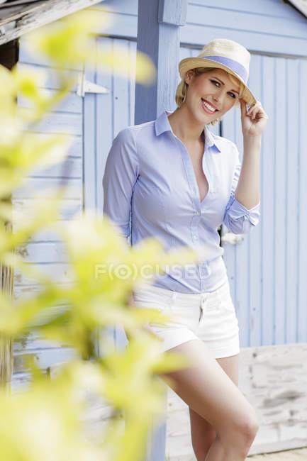 Портрет улыбающейся молодой женщины у дерева — стоковое фото
