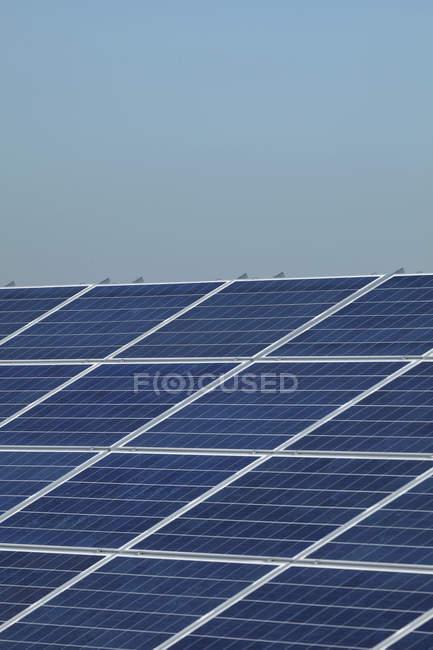 Панели солнечных батарей против неба. — стоковое фото