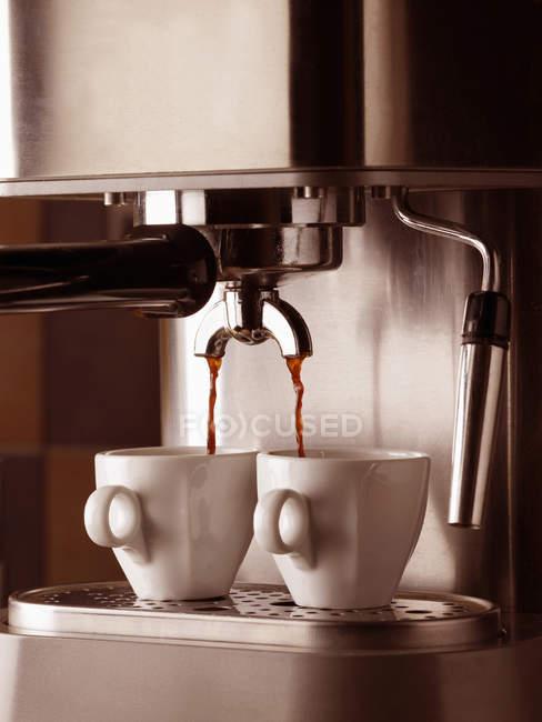 Vue de la machine à expresso et deux tasses, gros plan — Photo de stock