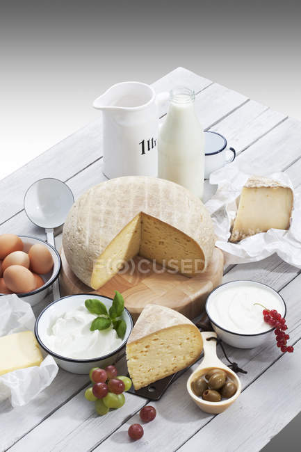 Молочные продукты на деревенский деревянный столик — стоковое фото