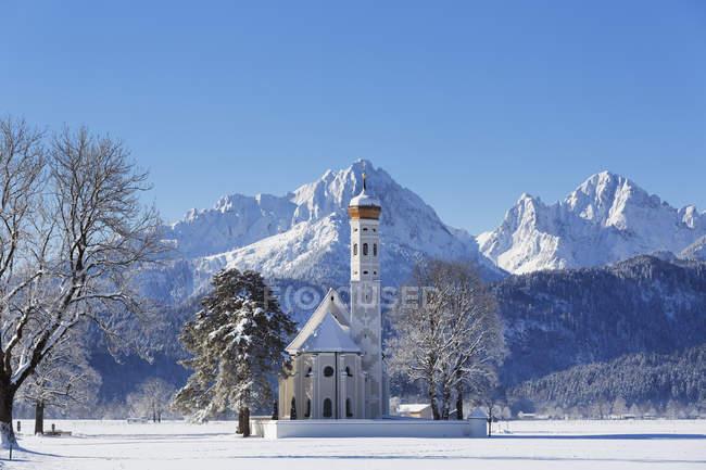 Санкт Коломан церкви, Gehrenspitze гори Tannheimer Berge горах, поблизу села Хоеншвангау, Ostallgu область, Allgu, Швабії, Баварія, Німеччина — стокове фото