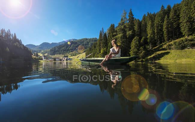Австрія, Зальцбург держави, Altenmarkt-Zauchensee, жінка, що сидить у човні — стокове фото
