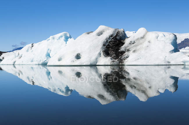 Iceland, Austurland, Jokulsarlon Glacial Lagoon and reflection near Vatnajokull National Park — Stock Photo