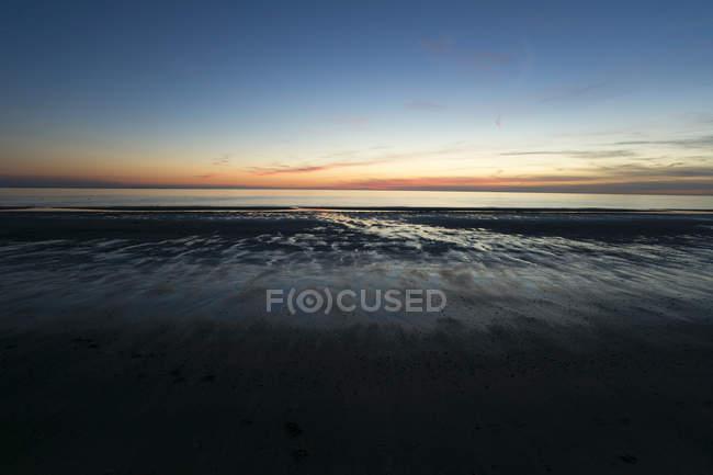 Hollande, côte, mer du Nord, marée basse, la plage au coucher du soleil — Photo de stock