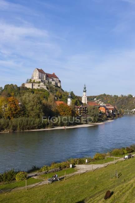 Германия, Бавария, Бургхаузен, Замковый комплекс у реки Зальцах — стоковое фото