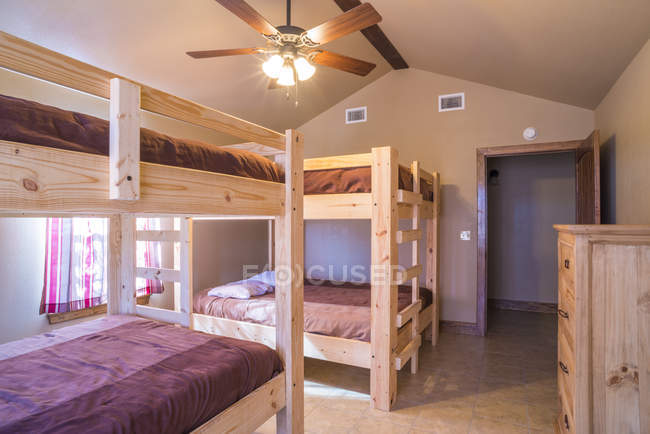 Interno camera da letto con letti a castello — Foto stock