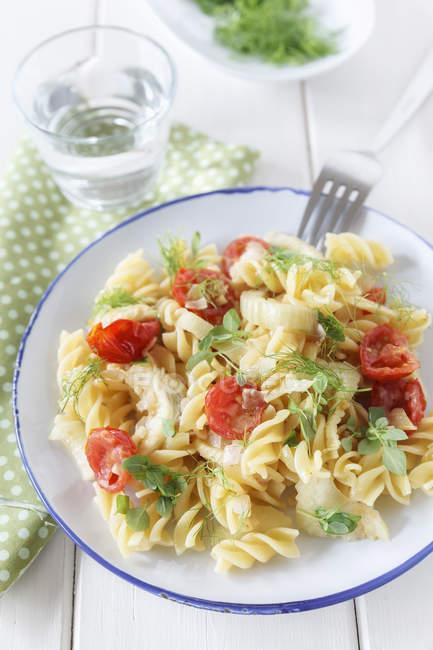 Плита фенхель томатный соус на деревянном столе, крупным планом — стоковое фото