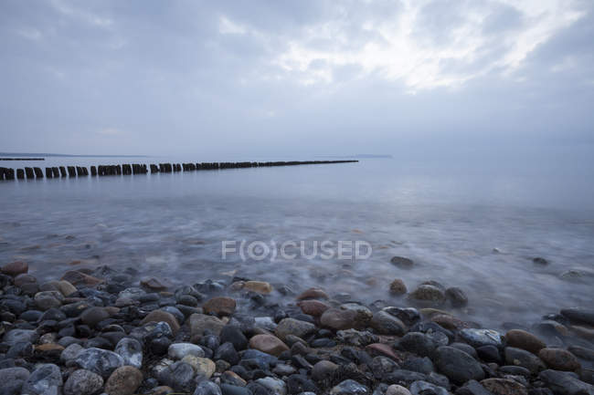 Germany, Mecklenburg-Western Pomerania, Ruegen, Dranske, Baltic Sea in the evening — Stock Photo
