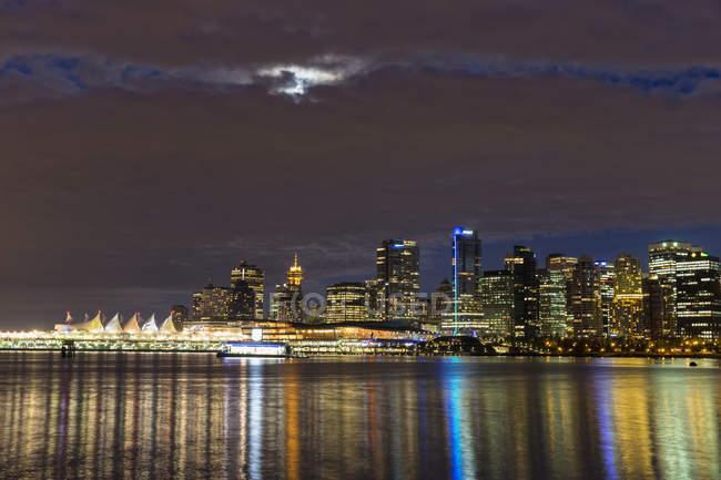 Skyline illuminato di Vancouver, Columbia Britannica, Canada — Foto stock
