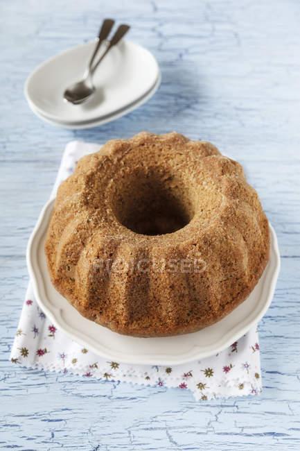 Цуккини ореховый торт на деревянном столе — стоковое фото