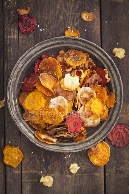 Жареные овощные чипсы, из Пастернак, сладкий картофель, свеклу, морковь и репу на плите — стоковое фото