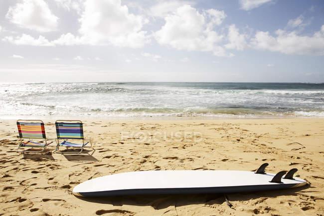 Stati Uniti d'America, Hawaii, sedie da spiaggia e surf sulla spiaggia di sabbia — Foto stock