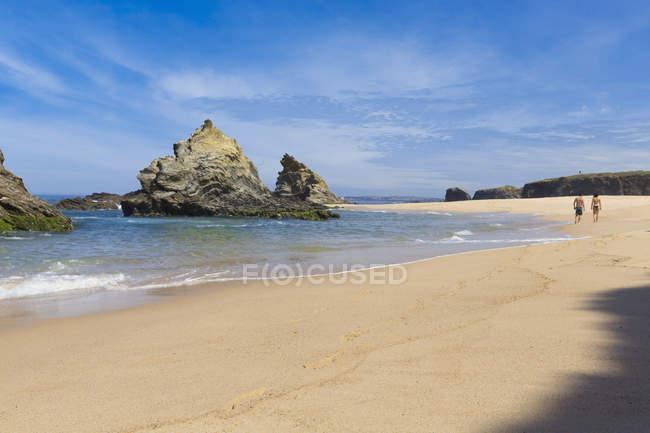 Portugal, casal caminhando ao longo da Praia da Samoqueira — Fotografia de Stock