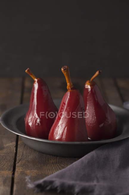 Poires pochées au vin rouge sur plaque — Photo de stock
