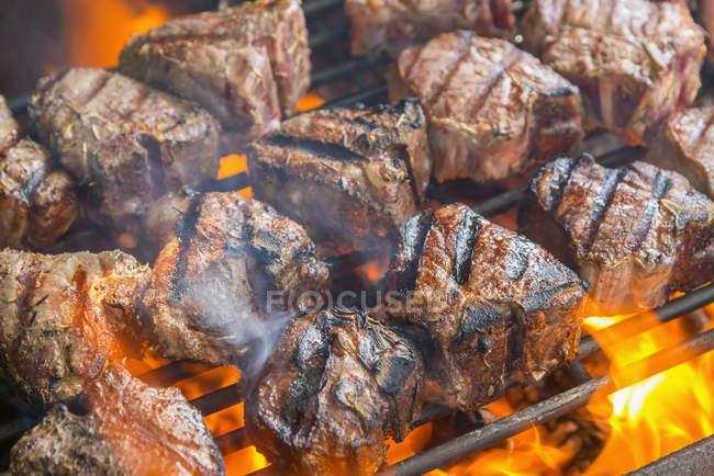 На грилі стейк стейки на стійки барбекю — стокове фото