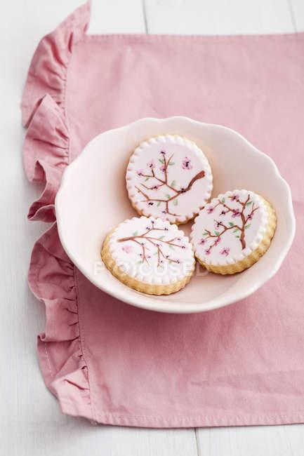 Пофарбовані рожевий Цукрове печиво в миску з рожевих тканина — стокове фото