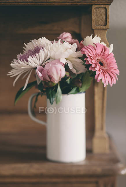 Strauß Sommerblumen auf dem Tisch, Nahaufnahme — Stockfoto