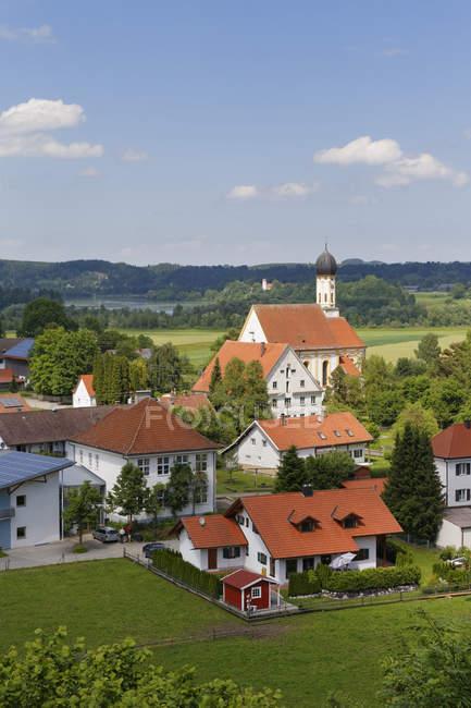 Германия, Бавария, Пфаффенвинкель, Вид с воздуха на деревню Кинзау с церковным зданием и зеленым пейзажем — стоковое фото