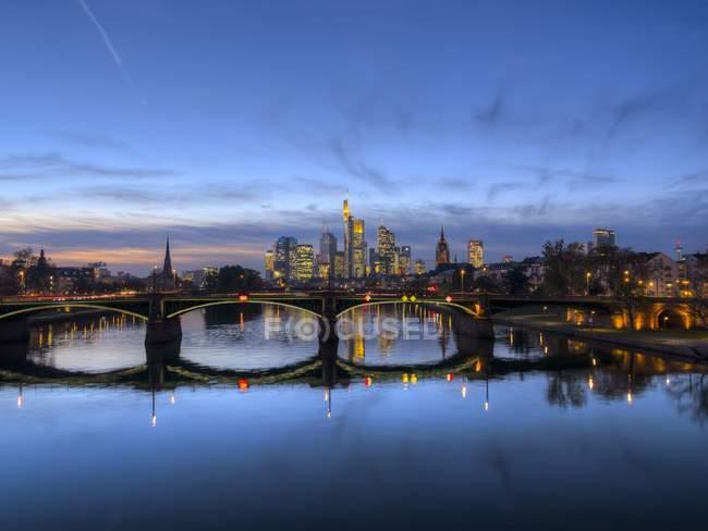 Veduta panoramica di Francoforte sul Meno paesaggio urbano in crepuscolo sera, Germania, Europa — Foto stock