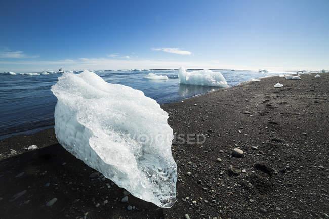 Islanda, Ghiaccio nella laguna del ghiacciaio di Jokulsarlon — Foto stock