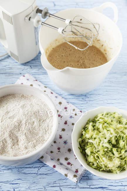 Ингредиенты для приготовления цукини ореховый торт на столе — стоковое фото